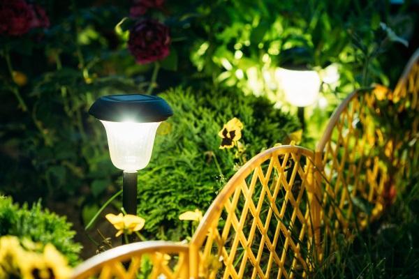 Ein mit Solarlampen beleuchtetes Gartenbeet