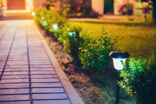 Ein mit Solarlampen beleuchteter Gartenweg Solarleuchten für den Garten