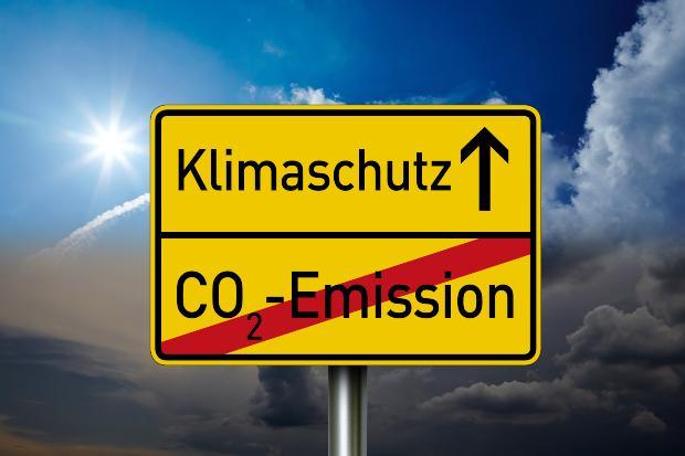 Symbolbild / Verkehrsschild: CO2-Emiisionen durchgestrichen; Klimaschutz geradeaus - Ölheizung modernisieren ist notwendig