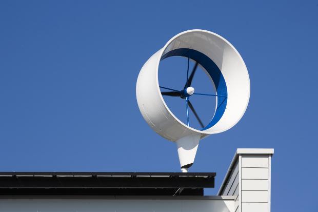 Windkraftanlage auf Häuserdach