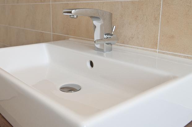 Ein modernes Waschbecken aus Stahlemaille
