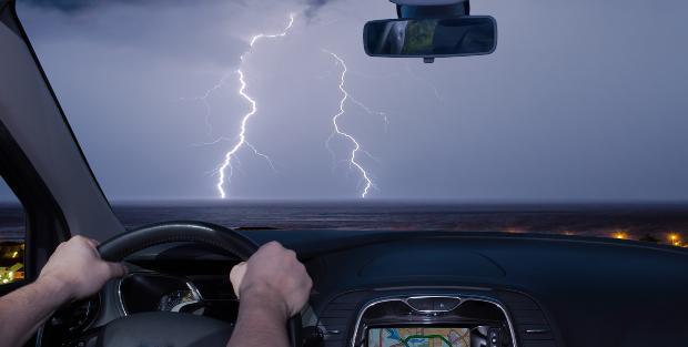 Auto fährt Richtung Gewitter
