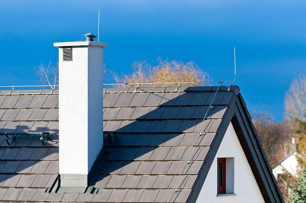 Hausdach mit Blitzableiter - Blitzschutz und Erdung anschaulich erklärt