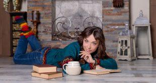Frau liegt auf dem Boden - Wandheizung oder Fußbodenheizung
