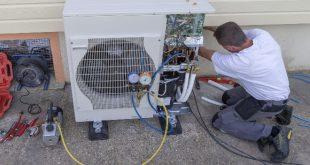 Mann installiert Wärmepumpen