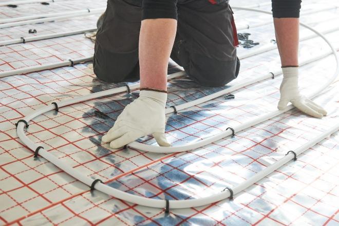 Fußbodenheizung wird installiert - eine der beliebten Heizkörpertypen
