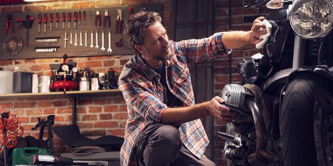 Mann poliert Motorrad - Tipps für den Kellerausbau