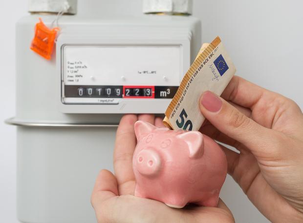 Stromzähler, Geldschein - Wärmepumpe mit Lüftungsanlage kann Geld sparen