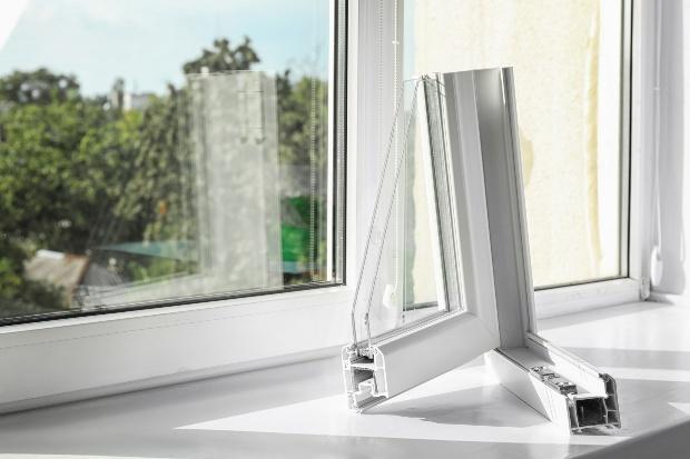 Modernes Fenster, im Vordergrund Profil eines Fensters - Dämmung als Teil der Wärmewende