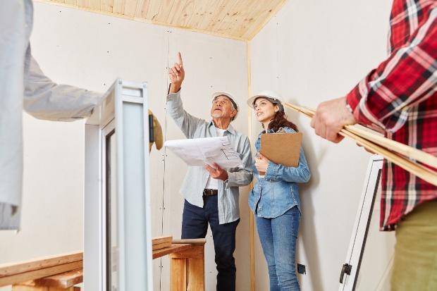 Architekten planen Sanierung von Haus - Maßnahme der Wärmewende