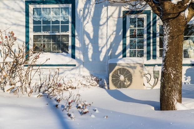 Luftwärmepumpe an Häuserwand im Winter - Luftwärmepumpe an Hauswand