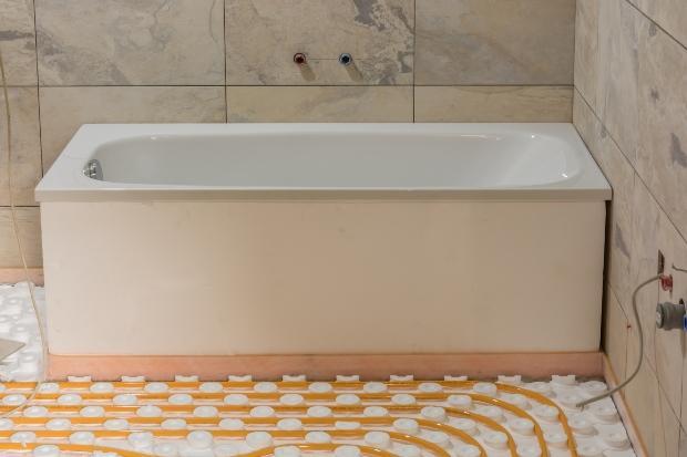 Badewanne im Bad, im Vordergrund neue Fußbodenheizung