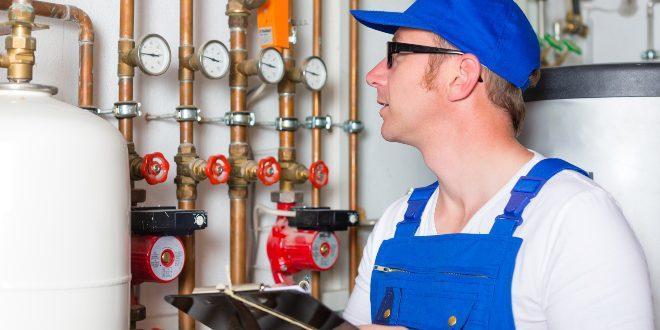 Heizungsinspektion eines Technikers