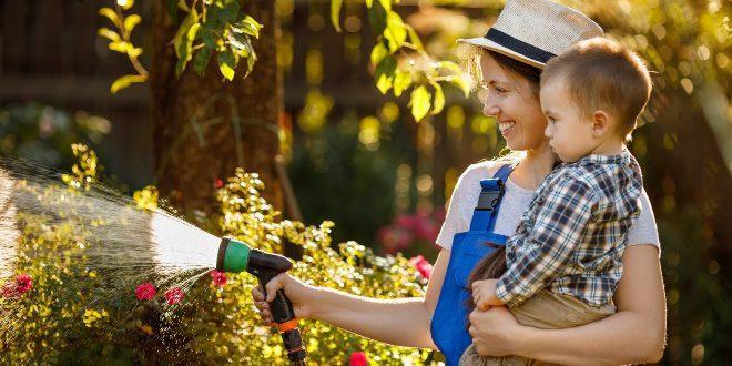 Mutter-mit Kind - Beetbewässerung mit Schlauch