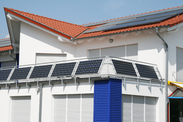 Balkon hat Solarpanele an der Brüstung