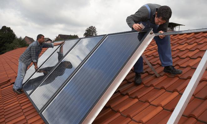 Installation einer Photovoltaikanlage auf einem Häuserdach