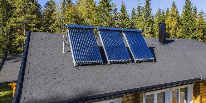 Solaranlage auf einem Hausdach - Photothermie