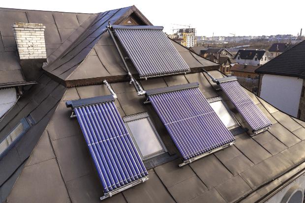 Solarthermie-Anlage auf einem Häuserdach