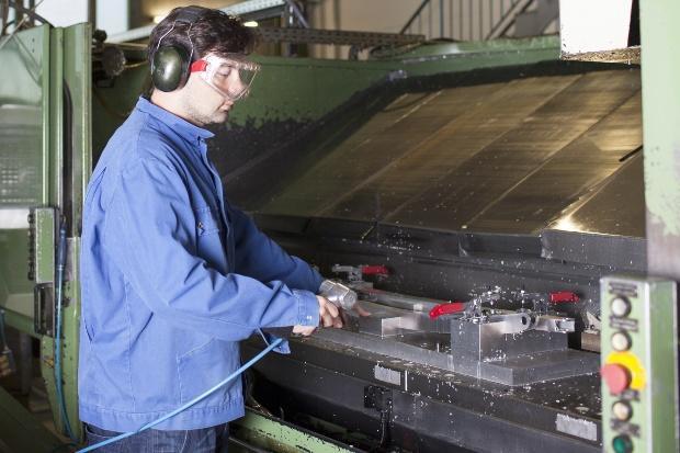 Arbeiter mit Gehörschutz und Augenschutz