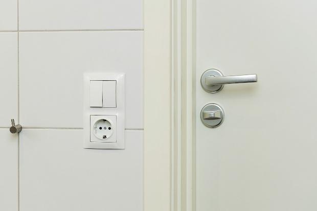 Zwei Lichtschalter in einem Badezimmer - Badventilatoren sind in der Regel daran gekoppelt