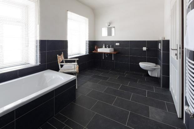 Modernes Badezimmer mit Schiefer-Fliesen - Badsanierung: Ideen und Trends