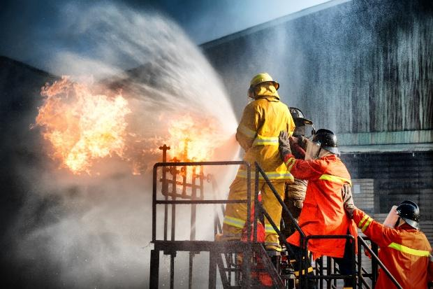 Feuerwehr bei einer Brandlöschübung