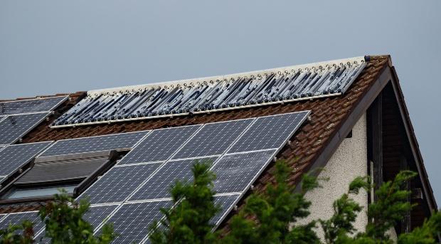 Solaranlage auf Hausdach ist zerstört - Photovoltaik: Entsorgung