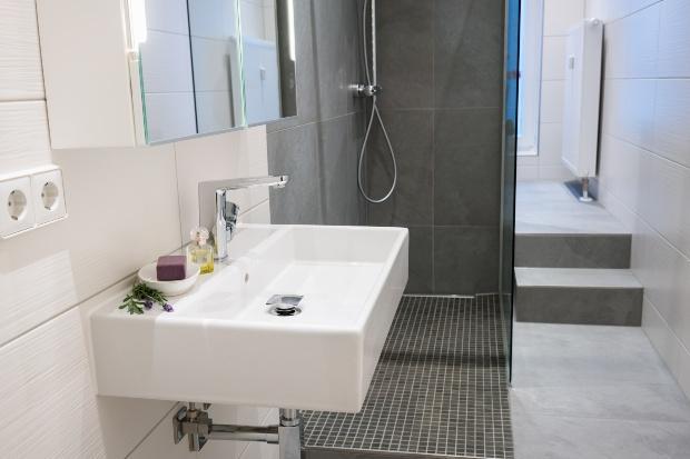 Schmales, modernes Badezimmer