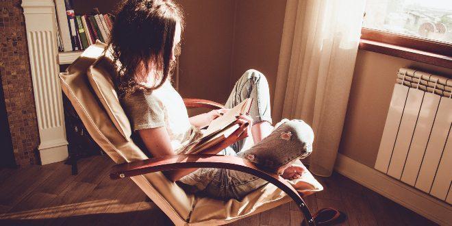 Frau liest - leistungsstarke Heizkörper